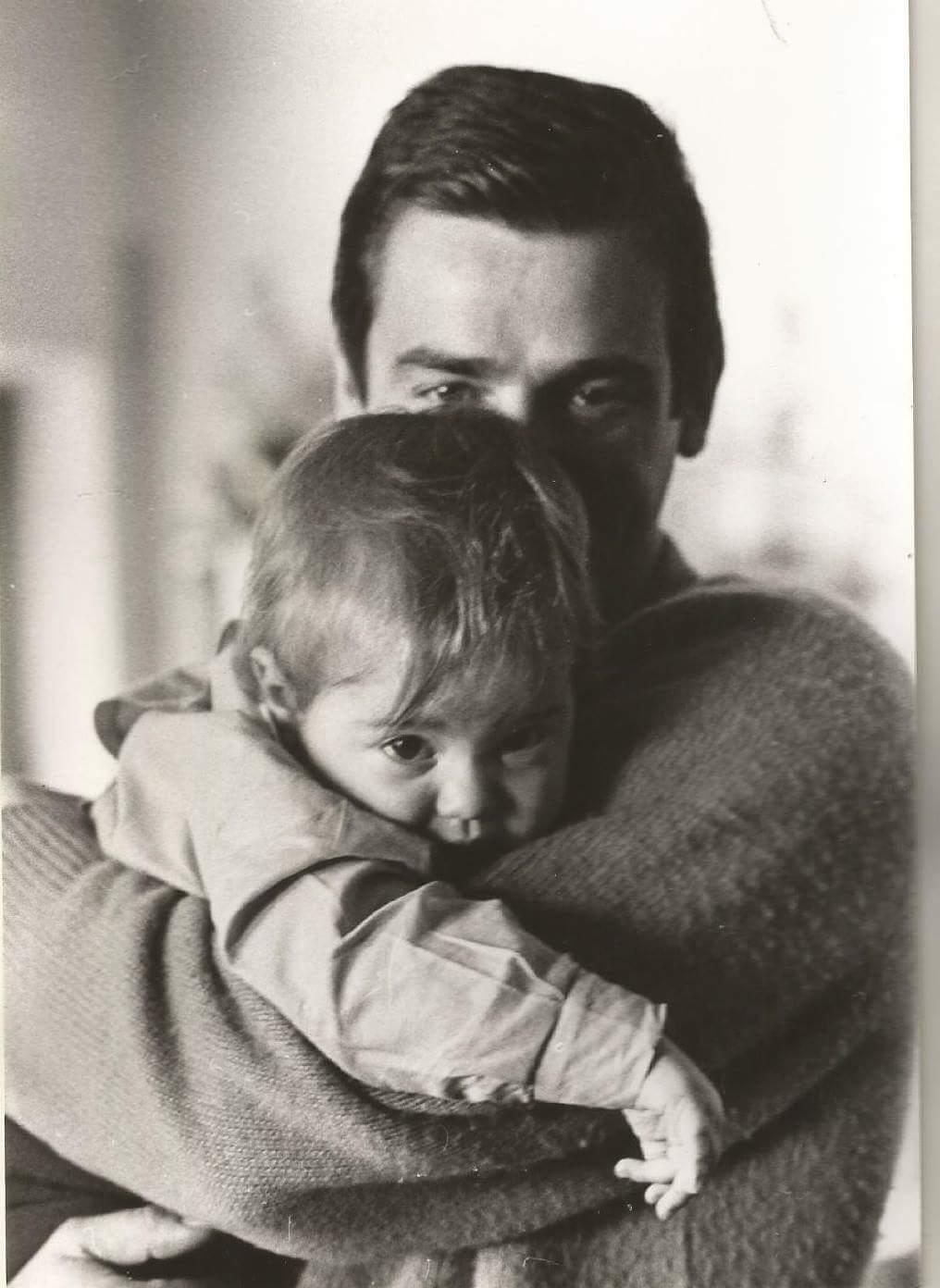 Appena sveglia in braccio a papino