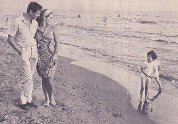 Papà e mamma fidanzati, probabilmente sulla spiaggia di Viareggio