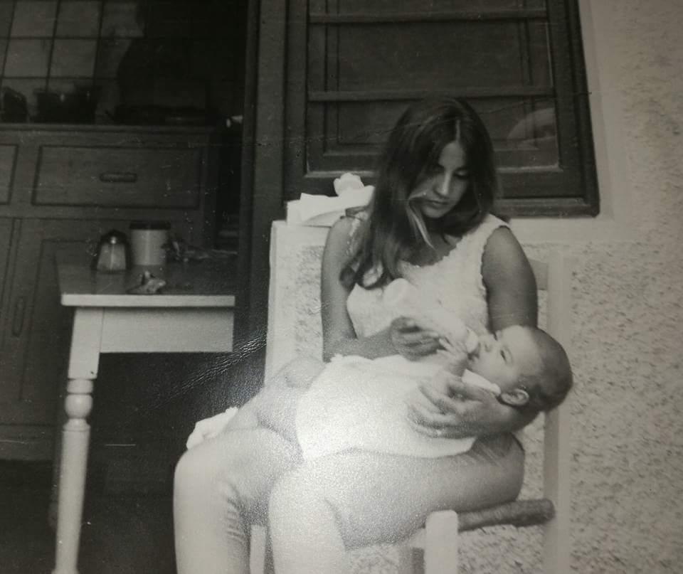 mamma con biberon