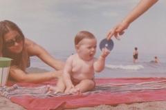 Lido di Camaiore 1965. Io e mamma